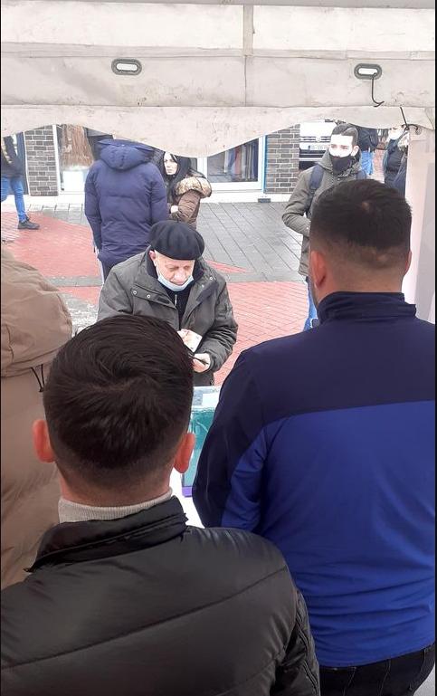Pensionisti - Pensionisti dhuron para nga pensioni i tij për të ndihmuar të lënduarit në Ferizaj (FOTO)