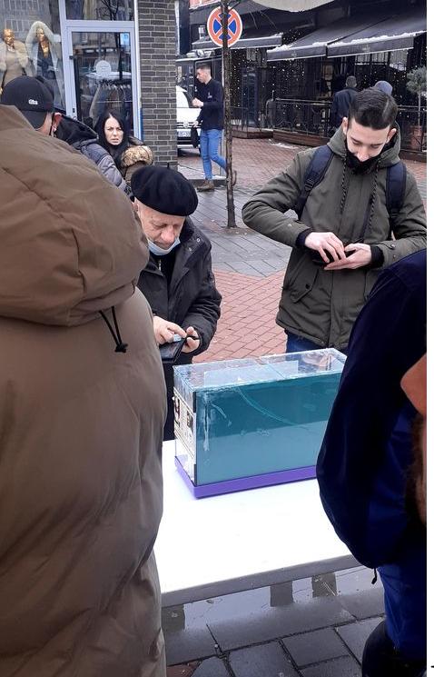Pnesionisti - Pensionisti dhuron para nga pensioni i tij për të ndihmuar të lënduarit në Ferizaj (FOTO)